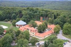 Blick auf Jagdschloss und Hochseilgarten