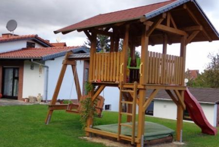 Spielhaus im Garten für die kleinen Gäste